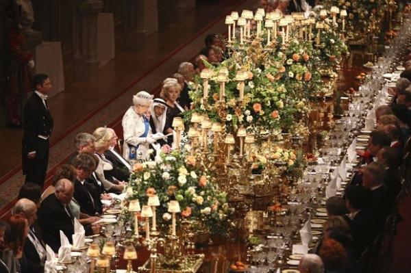 Banquete reúne a rainha Elizabeth II e  o ex-inimigo público nº 1 da Inglaterra