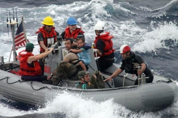Bebê doente é resgatado de barco quebrado com sua família no México