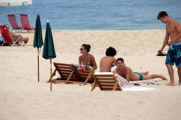 Carol Francischinni curte dia de sol em praia carioca com grupo de amigos  - Imagem 6