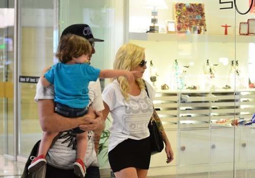 Ex-BBB Clara embarca em aeroporto acompanhada do filho e do seu marido