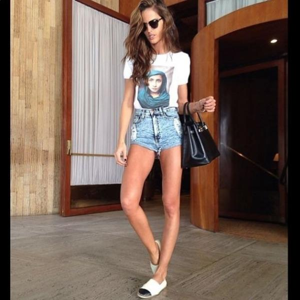 Izabel Goulart exibe pernas longas usando shortinho