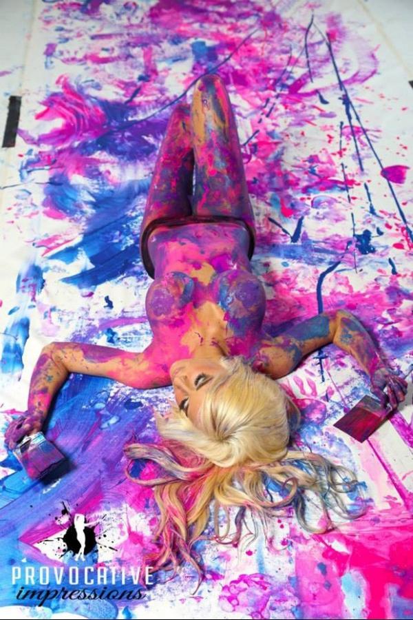 Modelos faturam mais de R$ 7 mil com quadros pintados com os seios