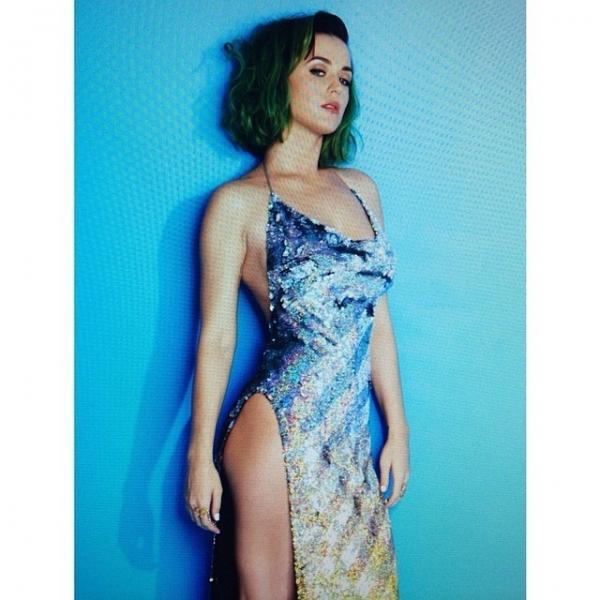 Sem calcinha? Katy Perry posta foto de look com fenda enorme; amplie