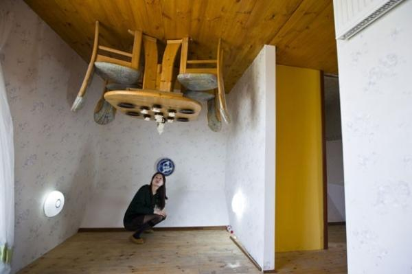 Casa construída de cabeça para baixo atrai multidão na China