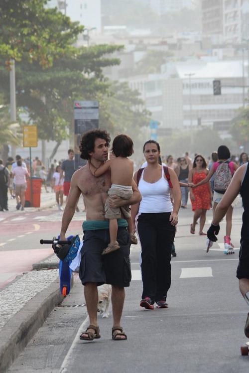 Eriberto Le縊 curte o feriado com o filho e a mulher em praia no Rio