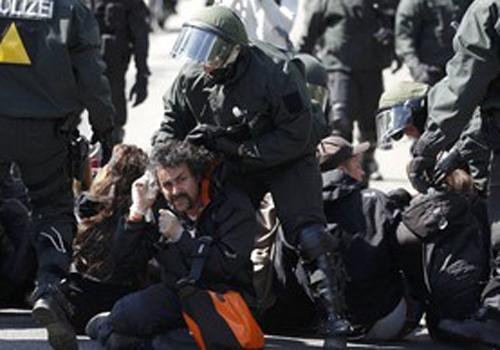 Protestos marcam uma s駻ie de comemora鋏es pelo do Dia do Trabalho em todo o mundo