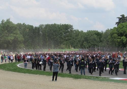 Vinte mil pessoas enchem Tamburello de vida nos 20 anos do adeus a Senna