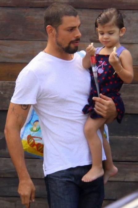Cauã Reymond vai buscar a filha na natação e sai de lá com rosa para Grazi