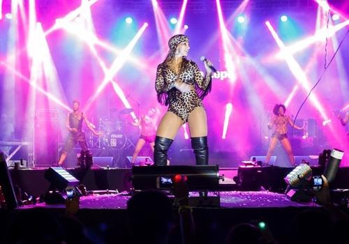Valesca canta para 40 mil pessoas vestida de