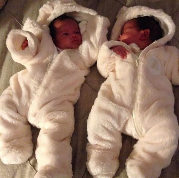 Dentinho comemora um mês de vida das filhas gêmeas: