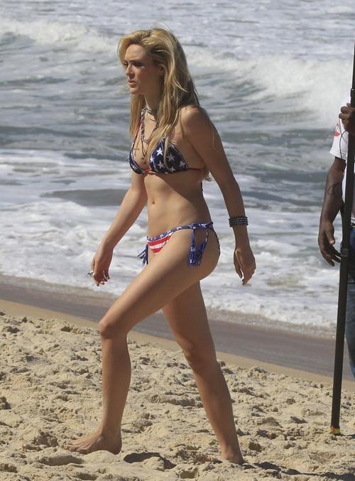 Isabelle Drummond grava cenas de novela de biquíni em uma praia do Rio