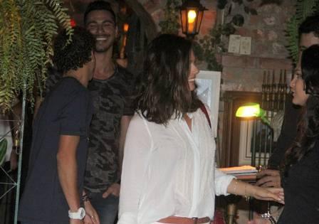 Isis escolhe restaurante discreto e volta para casa com modelo mexicano