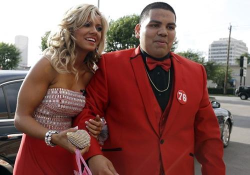 Líder de torcida vai a baile nos EUA após pedido de jovem em rede social
