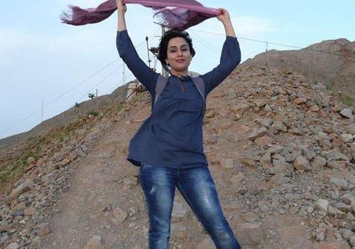 No Ir, mulheres tiram o v騏 e postam fotos no Facebook