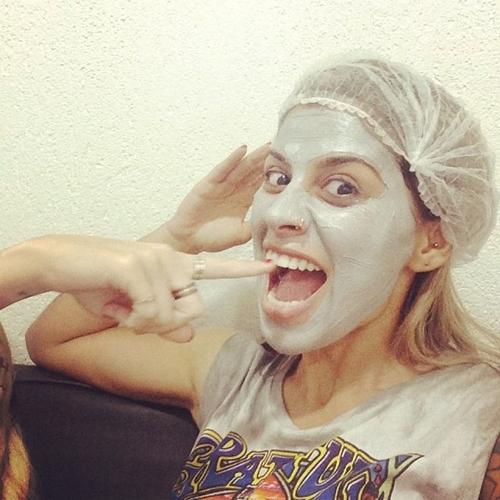 Reconhece? Ex-BBB Vanessa faz tratamento para pele