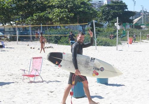Sem camisa, Cauã Reymond arranca suspiros prestes a surfar