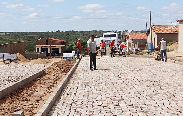 Prefeitura Municipal de Acauã realiza obras de calçamento em ruas