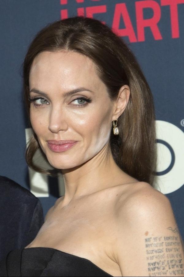 Angelina Jolie erra feio na maquiagem e aparece com pó no rosto em divulgação