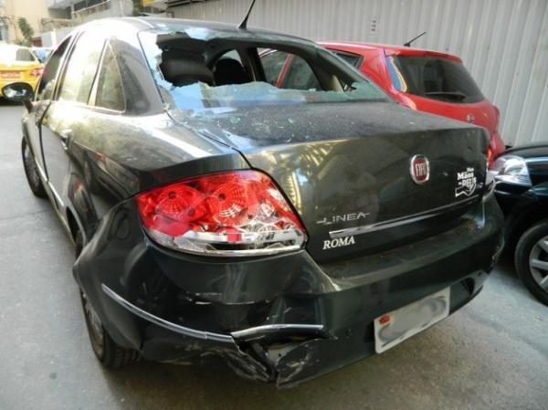 Dia de f侔ia: motorista d marteladas em carro ap acidente no Rio