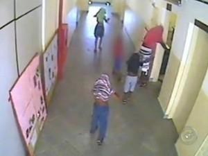 Menores entre 6 e 15 anos aparecem em imagens furtando escola;levaram R$150 para comprar doces