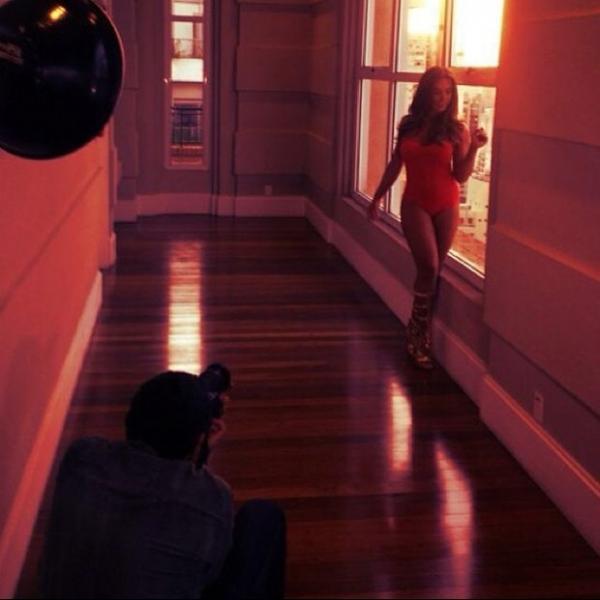 Nicole Bahls exibe pernas saradas durante ensaio fotogr畴ico