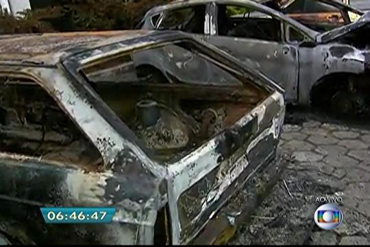 Onze carros são incendiados em estacionamento de delegacia em SP