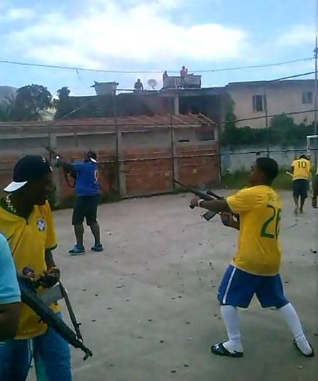 Bandidos disparam fuzis em comemoração durante torneio amador de futebol em comunidade