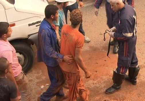 Bombeiros resgatam homem soterrado em deslizamento na BA