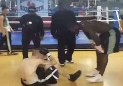 Boxeador profissional espanca rapaz que ameaçou matar sua família em rede social