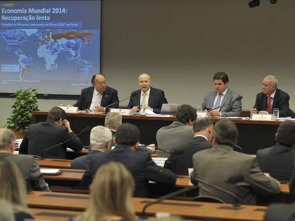 PT fez um controle maior da inflação, diz Mantega