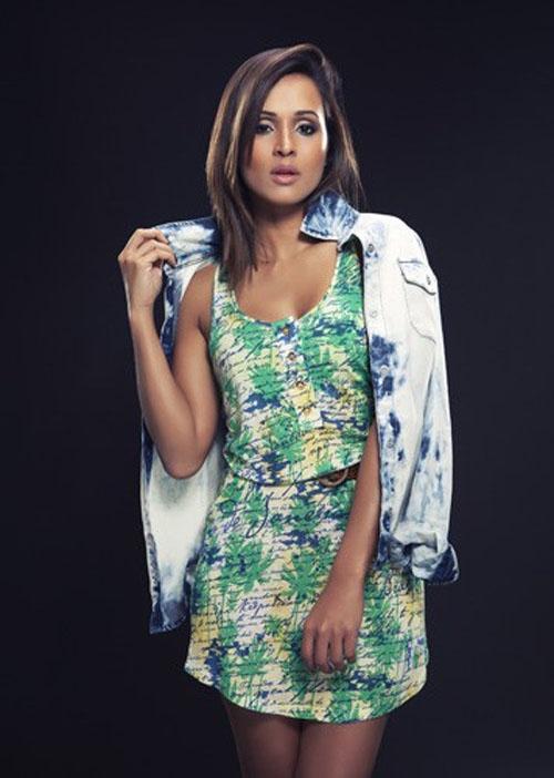 Thaíssa Carvalho posa para coleção de roupas inspirada na Copa