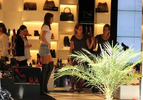 Thaila Ayala faz compras em Ipanema e prova botas na altura das coxas