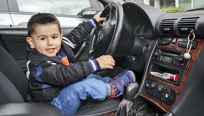 Criança de 2 anos de idade dirige carro do pai e sofre acidente na Alemanha