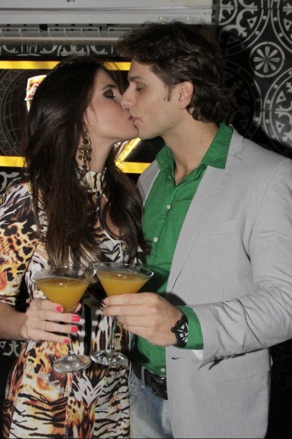 Eli駸er celebra 30 anos com festa em S縊 Paulo e ganha beijos de Kamilla