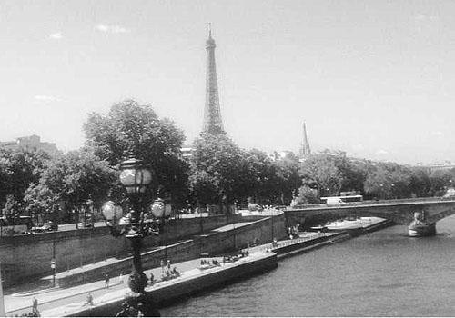 Grazi posta foto ao lado da filha em  visita à Torre Eiffel em viagem a Paris