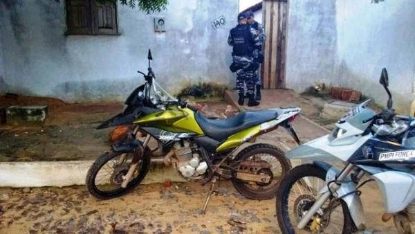 Homem  preso com moto roubada, dinheiro e uma pistola ponto 40 em Parna兊a