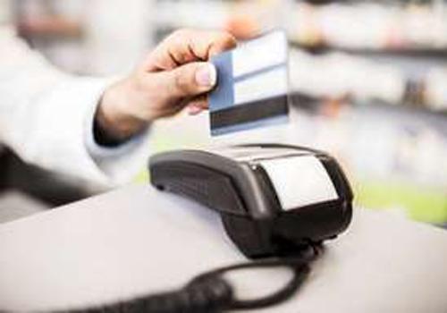 Taxas sobem e cartão de crédito cobra 232% de juros ao ano