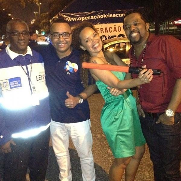 Após polêmica com fuzil, Dudu Nobre posa sorridente com agente da Lei Seca