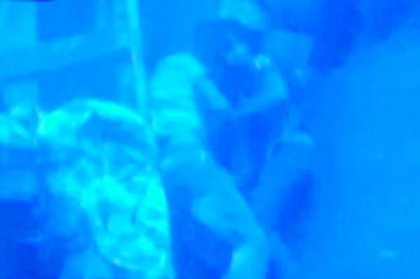 Casal que estava em navio naufragado é encontrado abraçado no fundo do oceano.