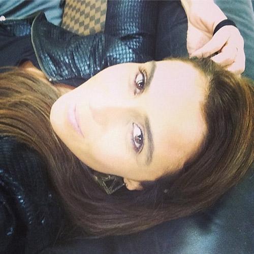Giovanna Antonelli publica uma foto usando batom rosa e diz: