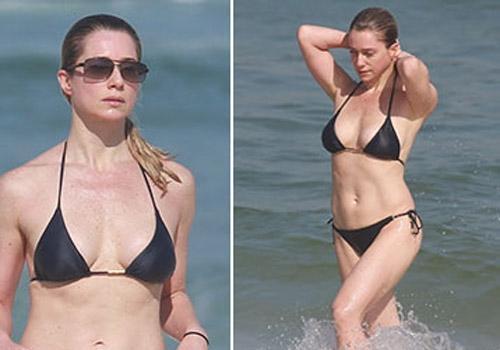 Letícia Spiller mostra todas as suas curvas ao se refrescar na praia