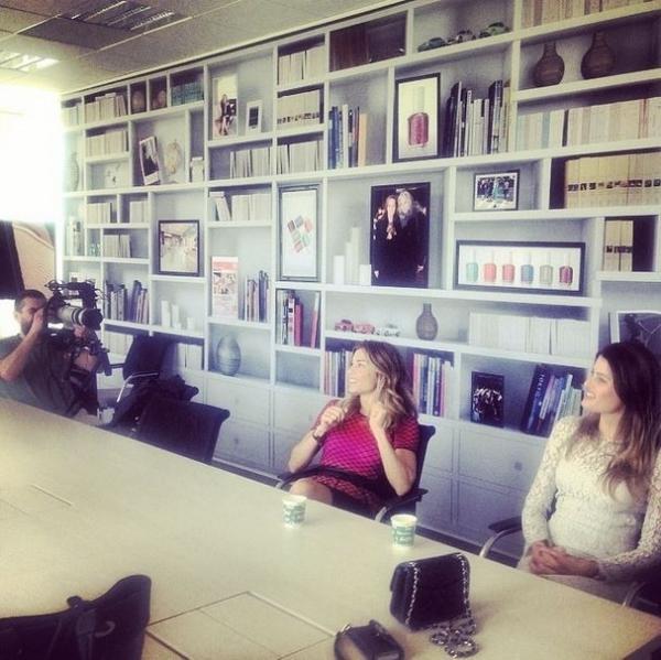 Lindas em Paris, Grazi e Isabelli Fontana jogam beijinhos e trocam elogios; fotos