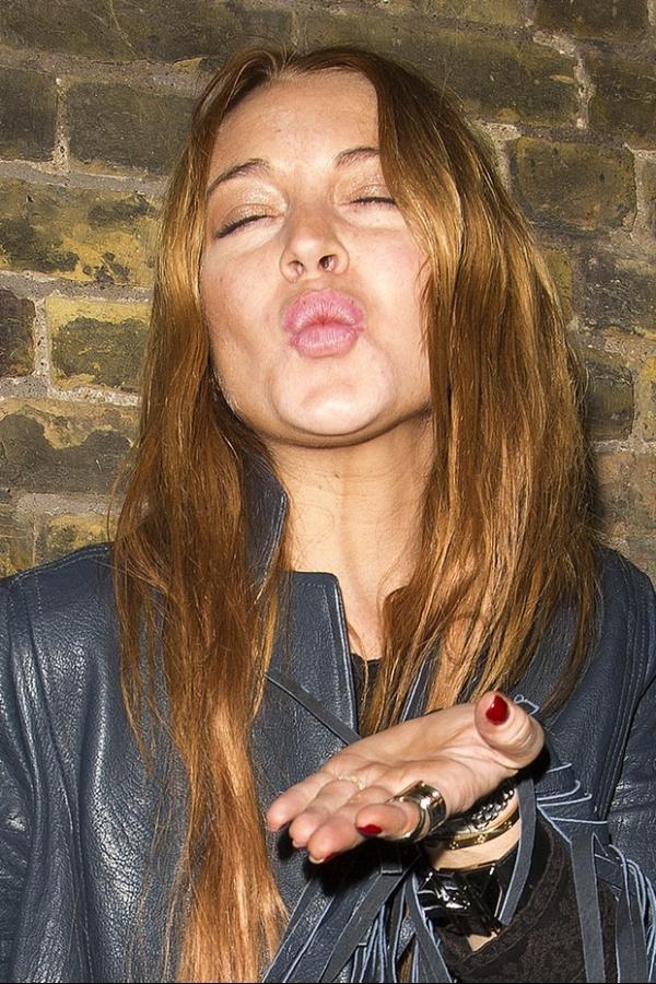Lindsay Lohan aparece com resíduo dentro do nariz e levanta suspeitas