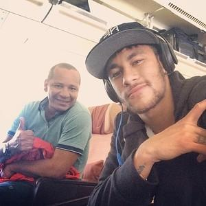 Ap perder t咜ulo, Neymar posta foto com pai em avi縊 a caminho do Brasil