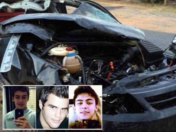 Carro se parte ao meio em batida e mata tr黌 jovens; motorista  socorrido