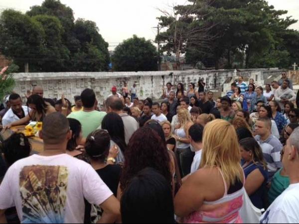 Corpo de dançarina de funk morta após lipoaspiração é enterrado no Rio
