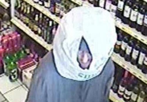 Ladrão usa sacola rasgada como máscara em assalto na Inglaterra