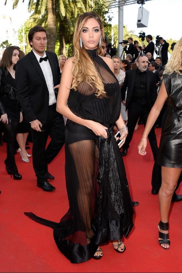 Seio de Nabilla Benattia, modelo francesa, escapa do sutiã