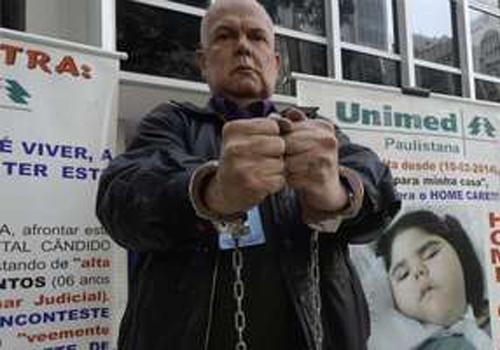 Algemado, homem protesta contra plano de saúde em São Paulo