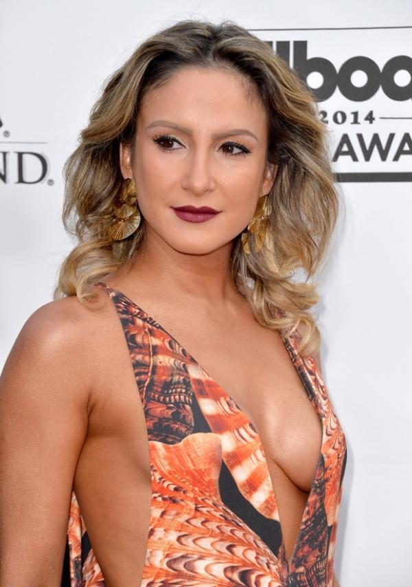 Claudia Leitte se apresenta ao lado de Pitbull e Jennifer Lopez em premiação